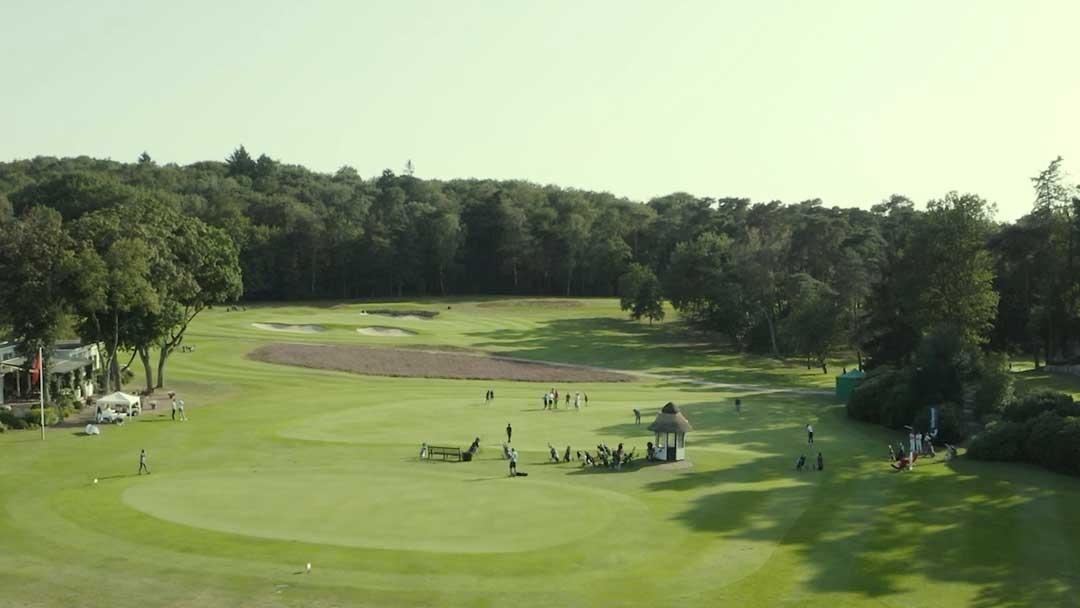 Luftbild eines Golfplatz mit vielen Menschen beim Spiel