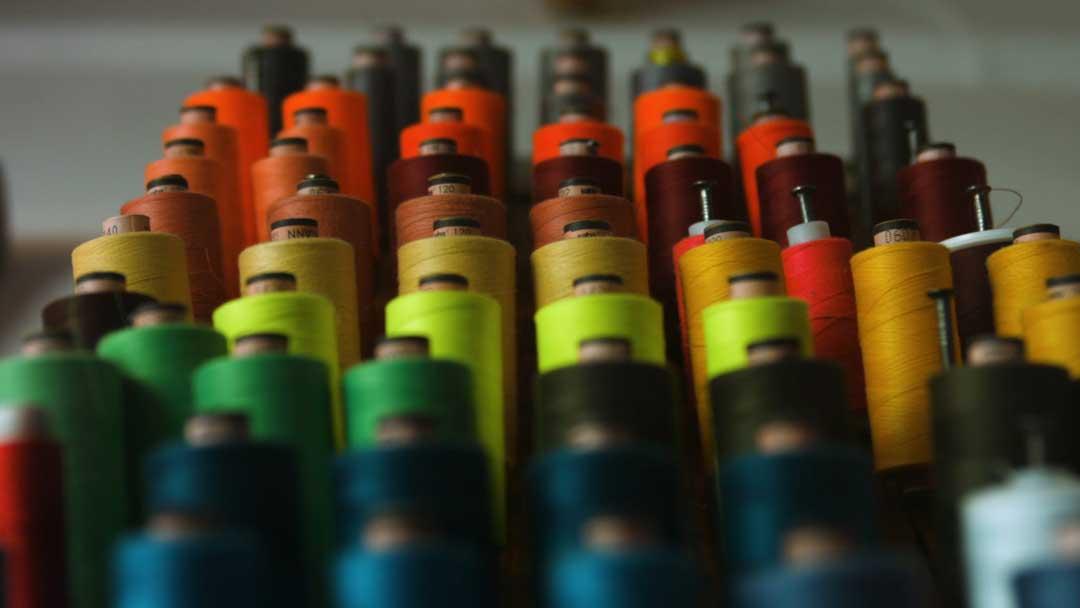 Viele Rollen Garn in verschiedenen Farben
