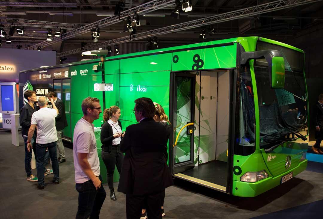 Foliert grüner Bus in Messehalle